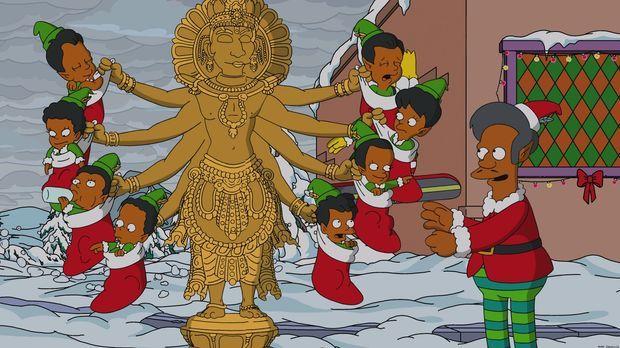 Apu (r.) feiert Weihnachten im verschneiten Springfield auf seine eigene Art...