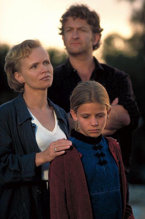 Als Nina (Louisa Herfert, r.) schwer erkrankt, gerät die heile Welt von Claire (Renée Soutendijk, l.) und Daniel Strauss (Dominic Raacke, M.) ins Wa... - Bildquelle: Leslie Haslam ProSieben