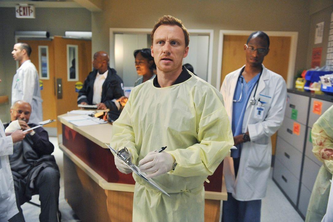 Es ist Valentinstag. Meredith, Derek, Cristina und Owen (Kevin McKidd, M.) sind auf dem Weg zu einem Doppeldate, doch dann macht ihnen Dacheinsturz... - Bildquelle: Touchstone Television