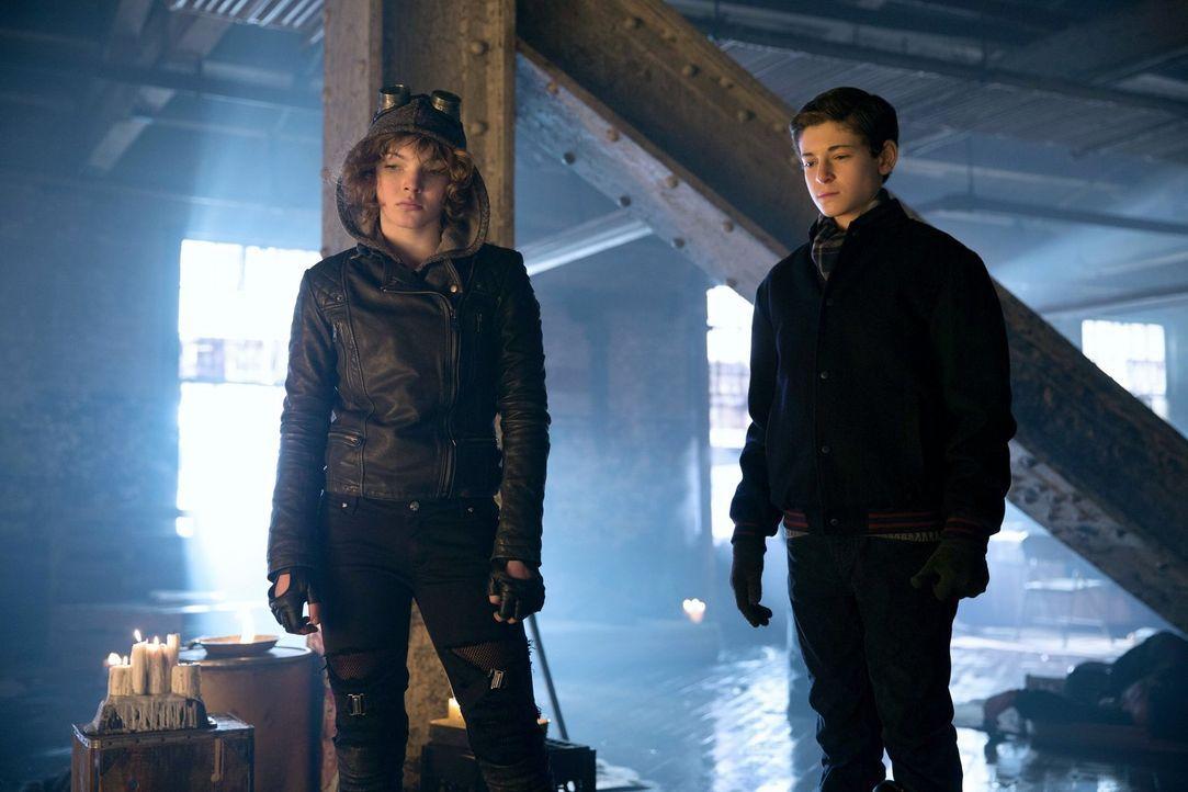 Während Bruce (David Mazouz, r.) und Selina (Camren Bicondova, l.) Reggie konfrontieren wollen, versucht Fish Mooney, Dr. Dulmacher zu entkommen ... - Bildquelle: Warner Bros. Entertainment, Inc.