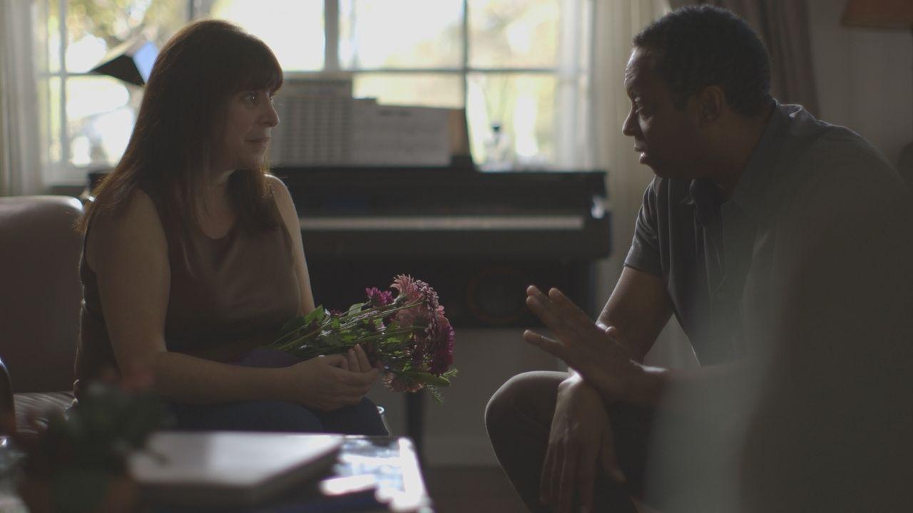 Vor ihrem Tod sprechen Darlene Saddler (l.) und Dexter Lienfield (r.) darüber, ob sie wieder zusammenziehen wollen. - Bildquelle: LMNO Cable Group