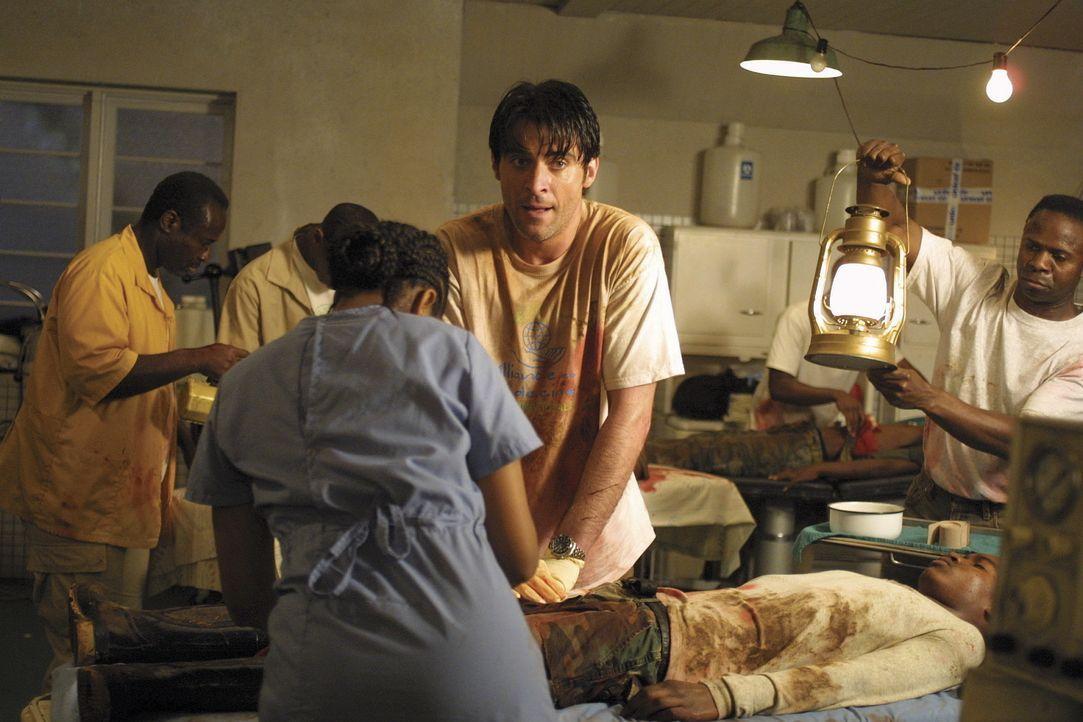 Mit primitiven medizinischen Einrichtungen versucht Dr. Luka Kovac (Goran Visnjic, 2.v.r.), in Kisangani, Afrika Menschenleben zu retten ... - Bildquelle: TM+  2000 WARNER BROS.