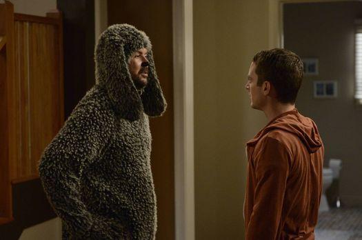 Wilfred - Noch ahnt Ryan (Elijah Wood, r.) nicht, was die Hündin im Haus bei...