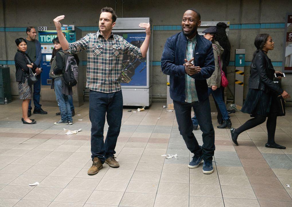Nick (Jake Johnson, l.) und Winston (Lamorne Morris, r.) haben Probleme, das Geld für ein U-Bahn Ticket aufzutreiben und müssen schließlich erfinder... - Bildquelle: 2017 Fox and its related entities.  All rights reserved.
