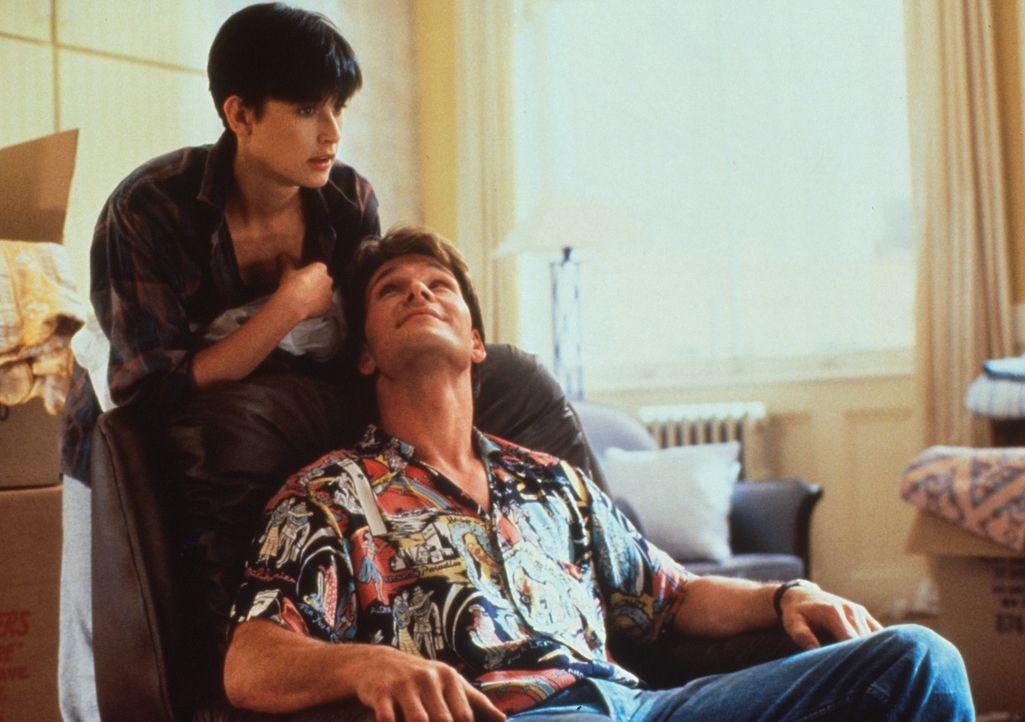 Der erfolgreiche Banker Sam (Patrick Swayze, r.) und seine aparte Freundin Molly (Demi Moore, l.) sind jung und verliebt, als ihr Glück ein jähes... - Bildquelle: Paramount Pictures