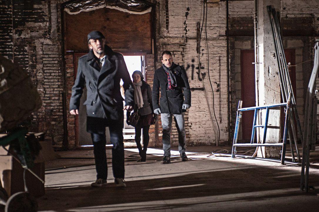 Sherlock Holmes (Jonny Lee Miller, r.) versucht herauszufinden, wer die Tochter seines ehemaligen Drogenhändlers Rhys (John Hannah, l.) entführt h... - Bildquelle: CBS Television