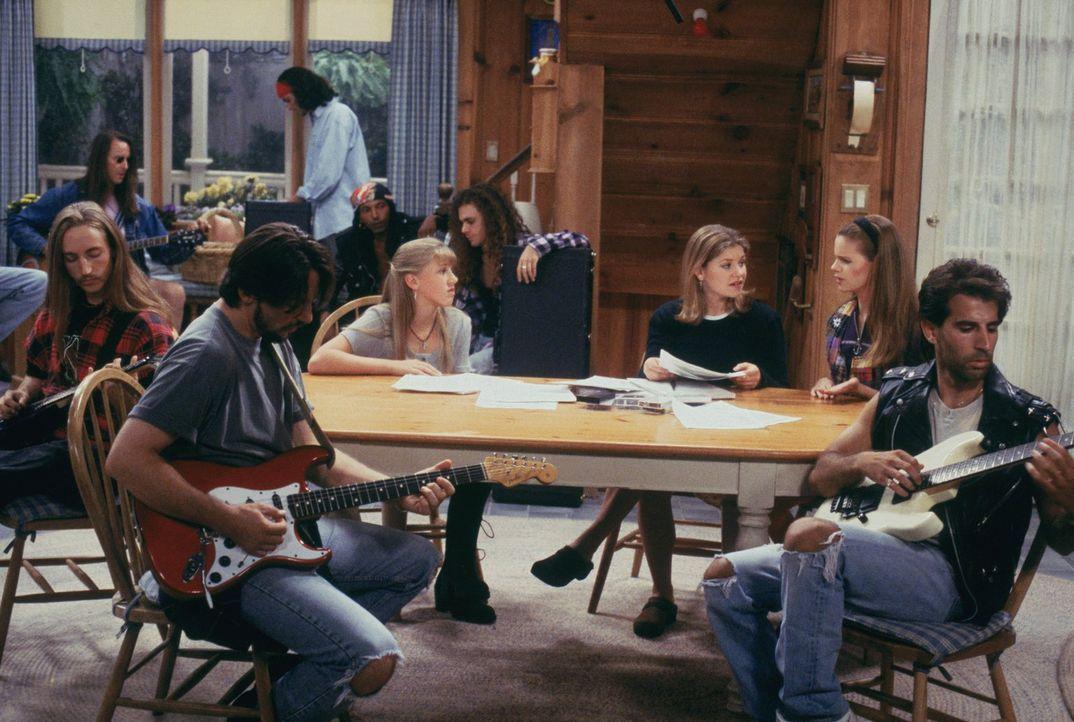 Stephanie (Jodie Sweetin, 3.v.l.), D.J. (Candace Cameron, 3.v.r.) und Kimmy (Andrea Barber, 2.v.r.) versuchen, ein wenig Ordnung in das Chaos des Ca... - Bildquelle: Warner Brothers Inc.