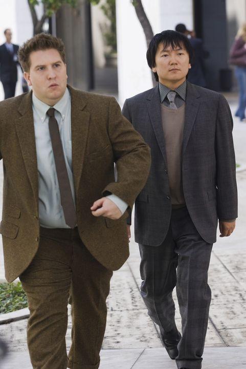 Die beiden Erfindergenies Lloyd (Nate Torrence, l.) und Bruce (Masi Oka, r.) entwickelten vor geraumer Zeit für die Geheimorganisation CONTROL einen... - Bildquelle: Warner Brothers