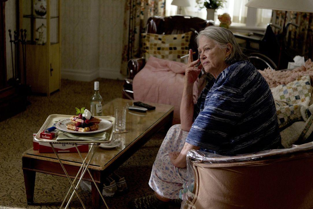 Langsam ahnt auch Grammy (Louise Fletcher) selbst, dass ihre Zeit ein Ende findet  - nicht nur im Haus der Gallaghers ... - Bildquelle: 2010 Warner Brothers