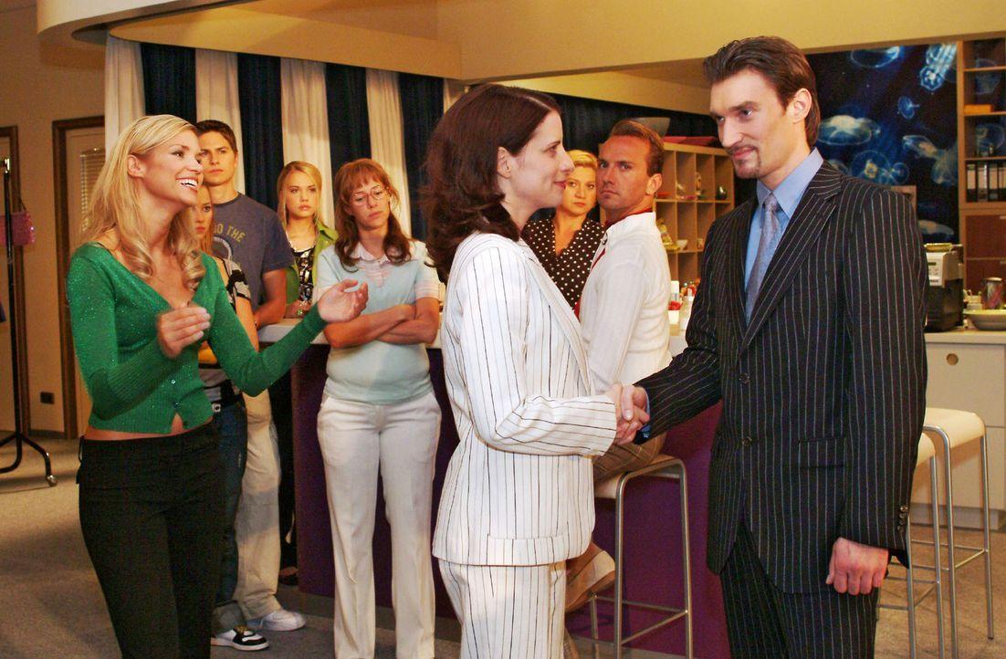 Lisa (Alexandra Neldel, 4.v.l.) merkt, dass nicht alle Kollegen Richard (Karim Köster, r.) als neuen Chef ablehnen. v.l.n.r.: Sabrina (Nina-Friederi... - Bildquelle: Monika Schürle Sat.1