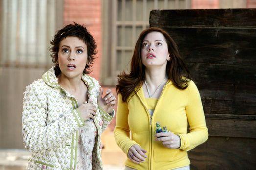 Charmed - Zauberhafte Hexen - Phoebe (Alyssa Milano, l.) und Paige (Rose McGo...