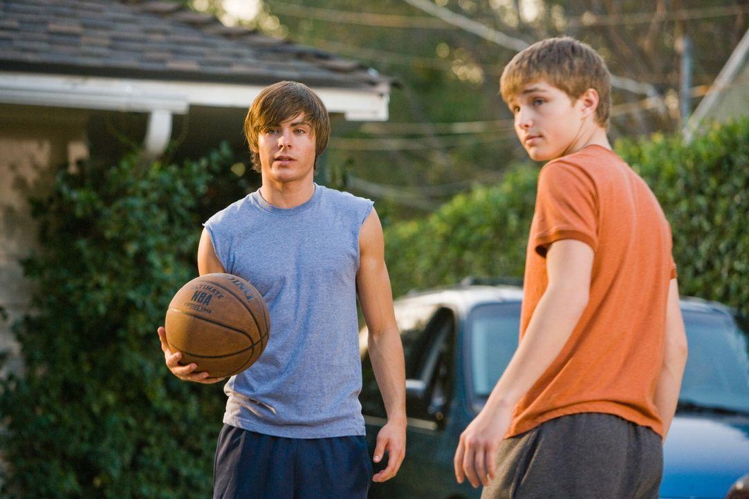 In seinem stark verjüngten Körper erkennt Mike (Zac Efron, l.) recht schnell, dass sein Sohn Alex (Sterling Knight, r.) ein ziemlich unglückliche... - Bildquelle: 2008   Warner Bros.