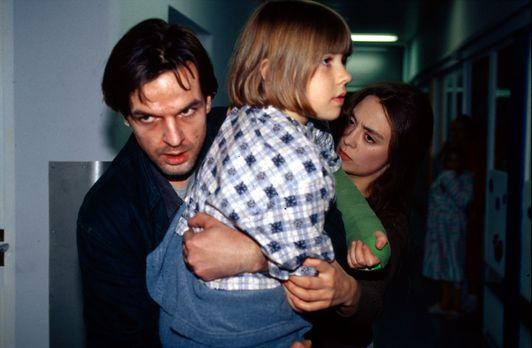 Michael Feinberg (Armin Marewski, l.), der Vater der kleinen Sabrina (Henriet...