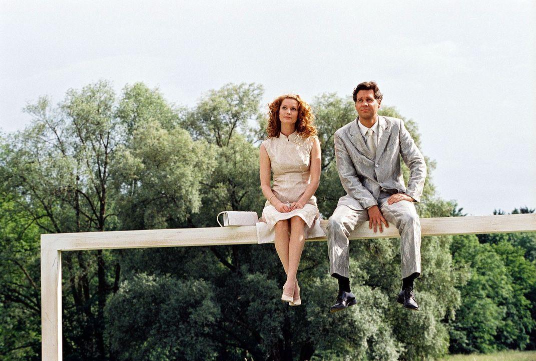 Seit ihrem tödlichen Autounfall müssen Daphne (Esther Schweins, l.) und Tom (Thomas Heinze, r.), unsichtbar für Sterbliche, Menschen auf ihrem le... - Bildquelle: Sat.1