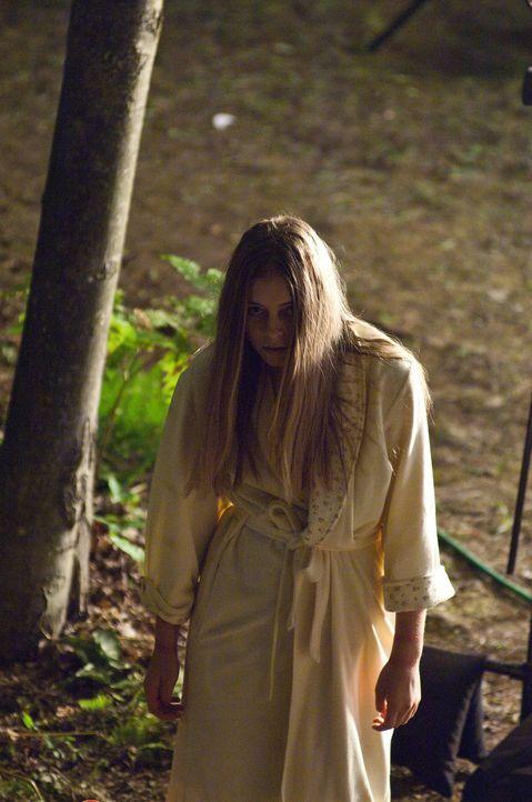 Die Dorfgemeinde hat keine Ahnung, dass Carrie Ann (Eva Link) nach dem Mord an ihren Eltern nicht gestorben oder abgehauen ist ... - Bildquelle: 2011 HATES, LLC.  All Rights Reserved.