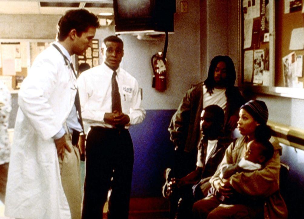 Carters (Noah Wyle, l.) junger Praktikant, Antoine (Corey Parker Robinson, 2.v.l.), sorgt für Patientennachschub. - Bildquelle: TM+  2000 WARNER BROS.