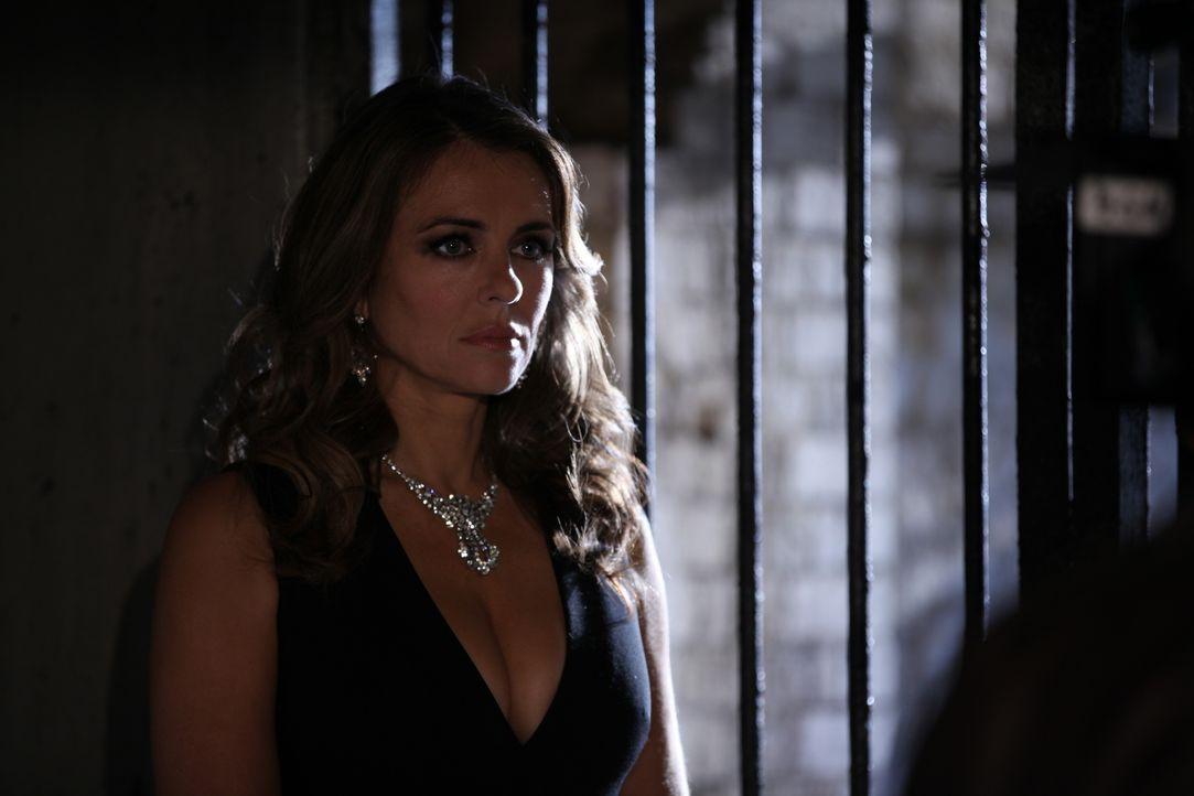 Nachdem sie Ted, als den wahren Mörder von König Simon identifiziert haben, bleibt für König Helena (Elizabeth Hurley) und ihre Kinder Liam und Elea... - Bildquelle: 2015 E! Entertainment Media LLC/Lions Gate Television Inc.