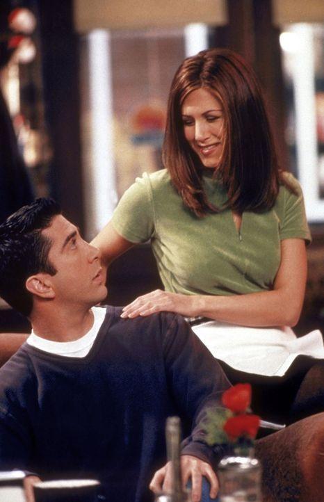 Rachel (Jennifer Aniston, r.) denkt über ihr Leben nach und teilt Ross (David Schwimmer, l.) mit, dass sie nicht mehr als Kellnerin arbeiten wird. - Bildquelle: TM+  2000 WARNER BROS.