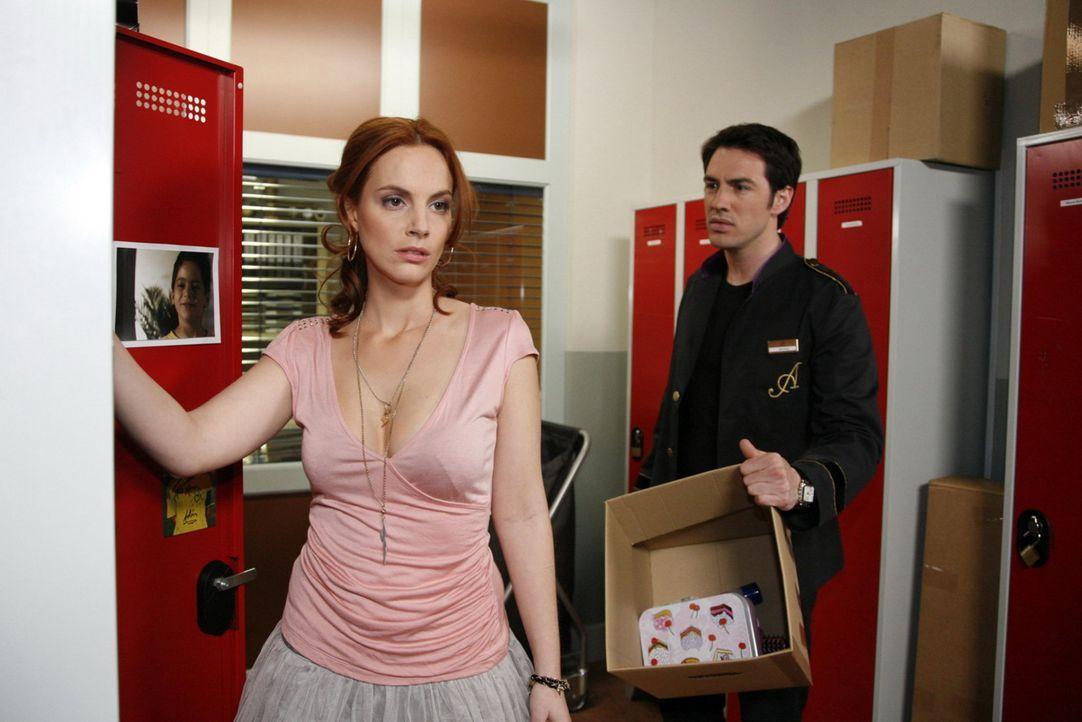 Als Manu (Marie Zielcke, l.) sich entschließt, das Hotel zu verlassen, wird Mark (Arne Stephan, r.) mit einem Schlag klar, dass er seine Liebe zu M... - Bildquelle: SAT.1