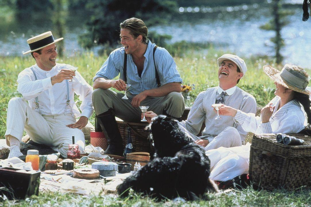 Alfred (Aidan Quinn, l.), Tristan (Brad Pitt, 2.v.l.) und Samuel (Henry Thomas, 2.v.r.) genießen mit Susannah (Julia Ormond, r.) einige unbeschwert... - Bildquelle: TriStar Pictures