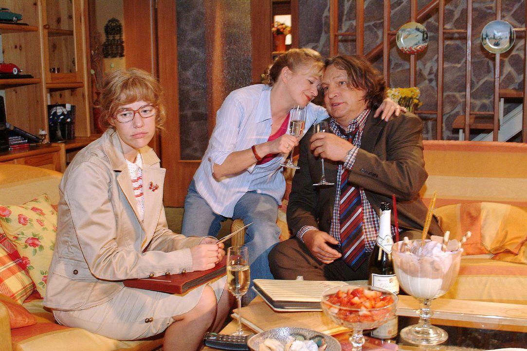 Auch zu Hause wird Lisa (Alexandra Neldel, l.) vom Thema Hochzeit verfolgt - Bernd (Volker Herold, r.) und Helga (Ulrike Mai, M.) feiern ihren 26. H... - Bildquelle: Monika Schürle Sat.1