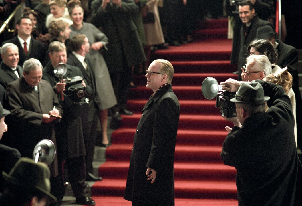 Der Lohn für seine jahrelange Recherche lässt nicht lange auf sich warten: Truman Capote (Philip Seymour Hoffman, M.) ... - Bildquelle: 2005 United Artists Films Inc. and Columbia Pictures Industries, Inc. All Rights Reserved.