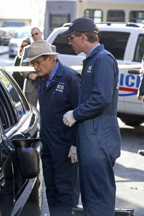 Bei den Ermittlungen: Jimmy (Brian Dietzen, r.) und Ducky (David McCallum, l.) ... - Bildquelle: Darren Michaels CBS Television