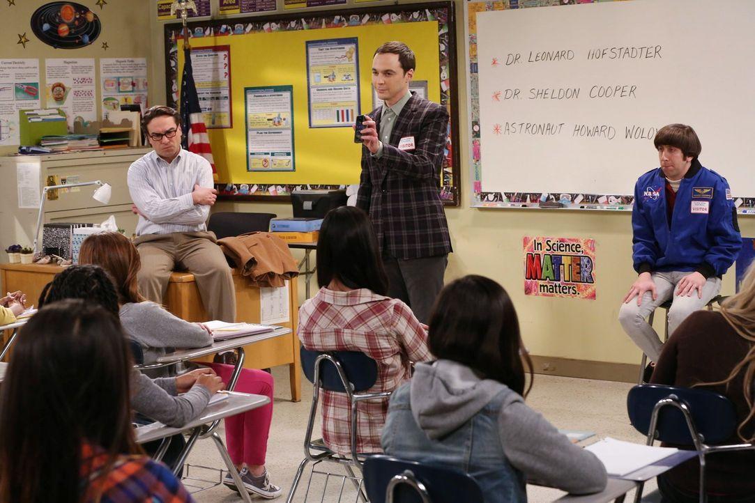 Sollen junge Mädchen für die Wissenschaft begeistern: Leonard (Johnny Galecki, l.), Sheldon (Jim Parsons, M.) und Howard (Simon Helberg, r.) ... - Bildquelle: Warner Bros. Television