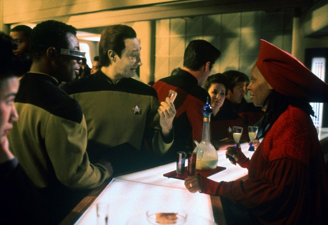 Während Data (Brent Spiner, 2.v.l.) und Geordi (LeVar Burton, l.) mit der gestrandeten Enterprise auf dem Planeten Veridian III ausharren müssen, öf... - Bildquelle: Paramount Pictures