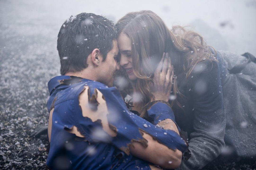 Als Caitlin (Danielle Panabaker, r.) entdeckt, dass Ronnie (Robbie Amell, l.) wieder Ronnie ist, kann sie ihr Glück kaum fassen. Doch ist wirklich w... - Bildquelle: Warner Brothers.