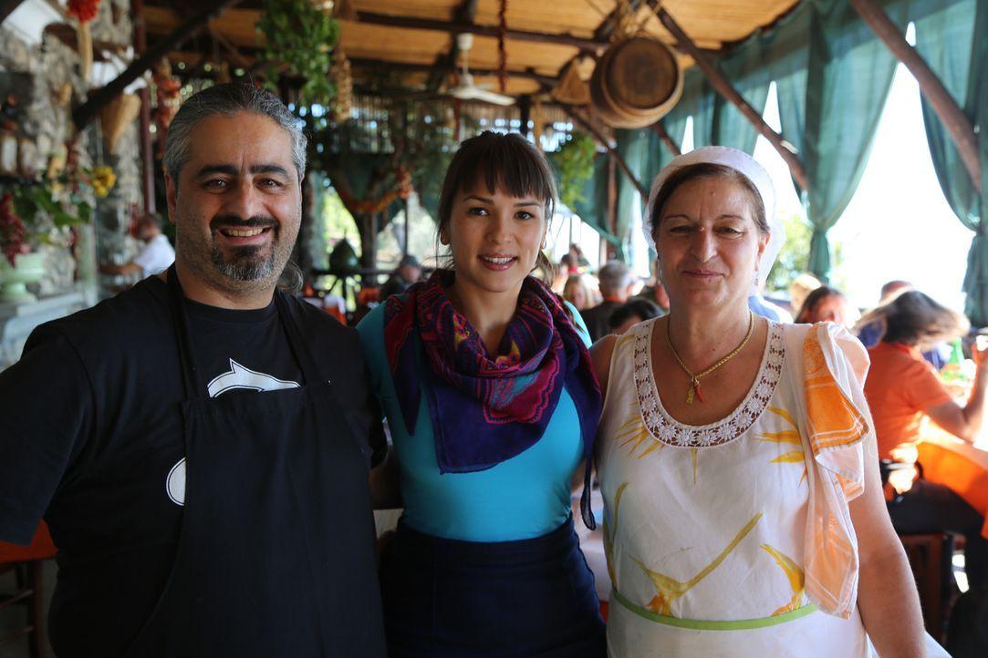 Von Vincenzo (l.) und Giorgia (r.) wird Rachel (M.) in die Kost der Amalfiküste eingeführt ... - Bildquelle: Richard Hill BBC 2014