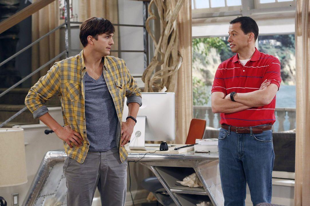 Können nicht fassen, das sich Jake in Missi verliebt hat: Walden (Ashton Kutcher, l.) und Alan (Jon Cryer, r.) ... - Bildquelle: Warner Brothers Entertainment Inc.