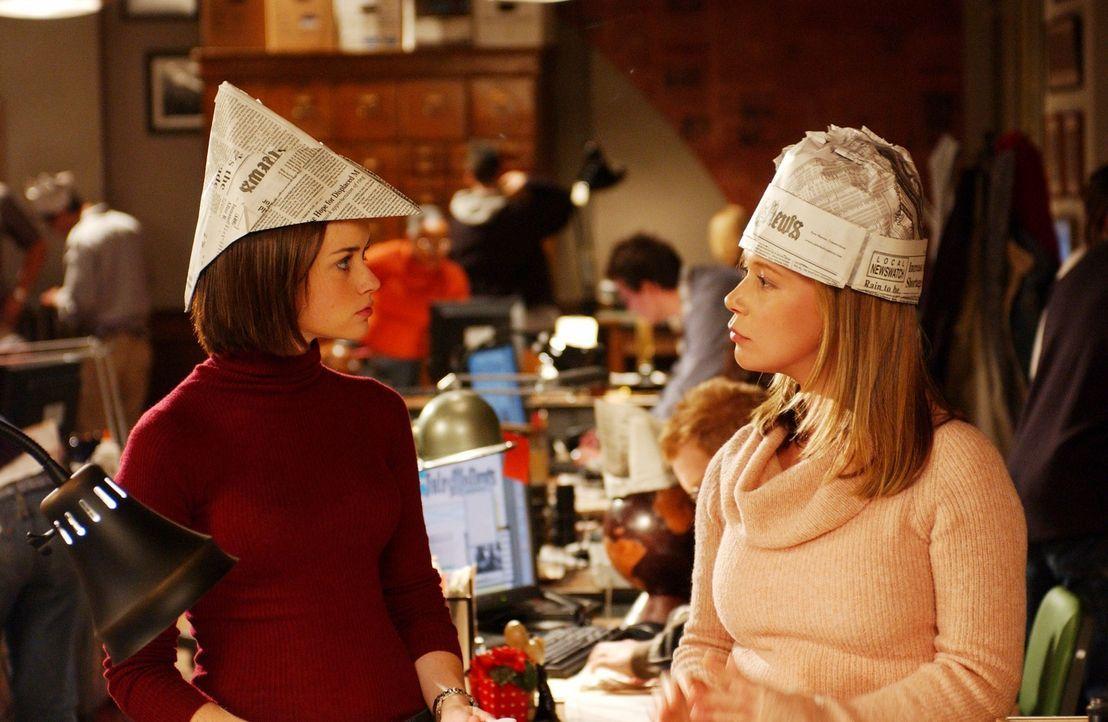 Als Rory (Alexis Bledel, l.) aus den Semesterferien zurückkommt, muss sie entsetzt feststellen, dass Paris (Liza Weil, r.) gar nicht wie gedacht im... - Bildquelle: 2003 Warner Bros.