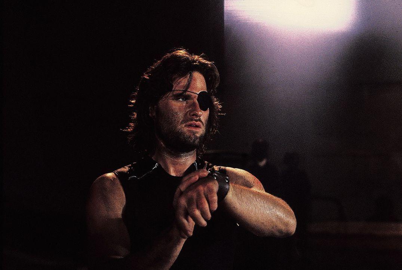 Damit Snake Plissken (Kurt Russell) nicht auf dumme Gedanken kommt, werden ihm von Hauk zwei winzige Sprengkapseln in den Hals implantiert, deren Z - Bildquelle: AVCO Embassy Pictures