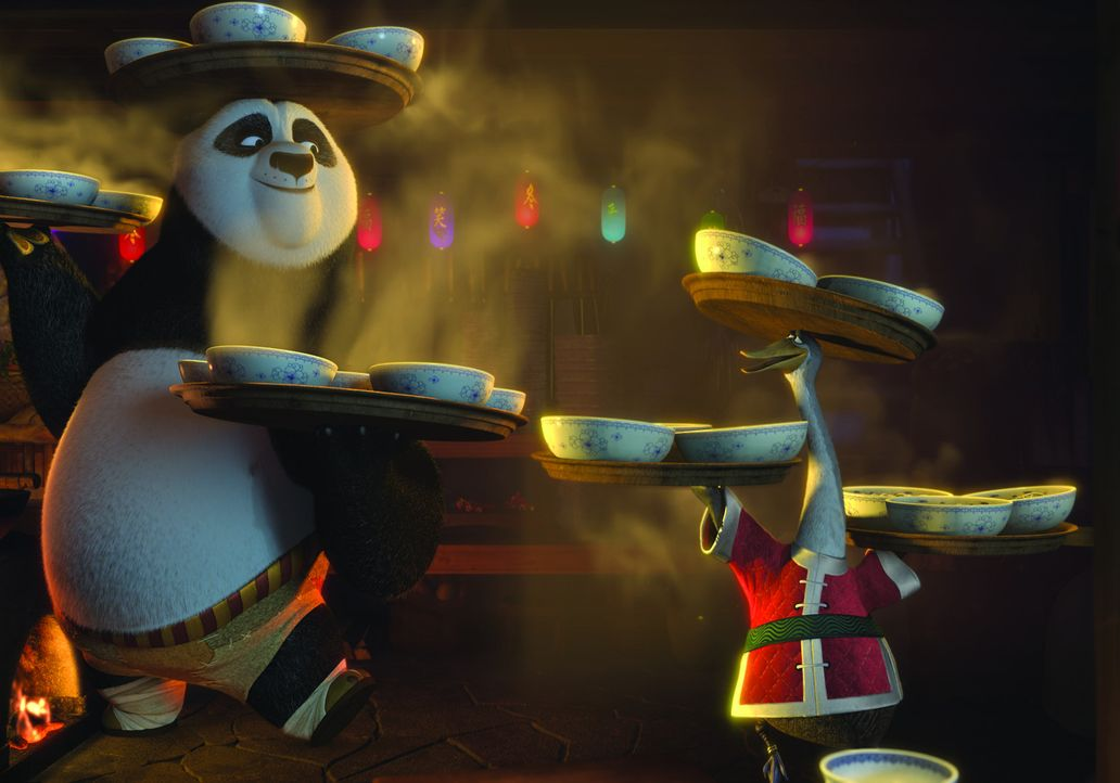 Ende gut, alles gut: Po (l.) feiert mit seinem Vater Mr. Ping (r.) das Winterfest - und alle Kung Fu-Meister feiern mit ... - Bildquelle: 2008 DREAMWORKS ANIMATION LLC. ALL RIGHTS RESERVED.