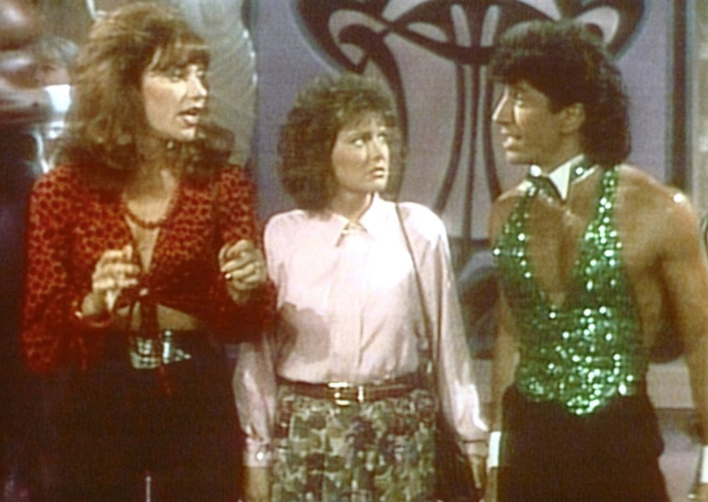 Um sich an ihren Männern zu rächen, besuchen Peggy (Katey Sagal, l.) und Marcy (Amanda Bearse) eine Männer-Stripshow. Dort werden sie von einem heiß... - Bildquelle: Sony Pictures Television International. All Rights Reserved.