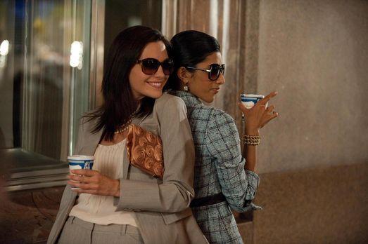 Jill Casey (Jill Flint, l.) und Divya Katdare (Reshma Shetty, r.) machen Manh...