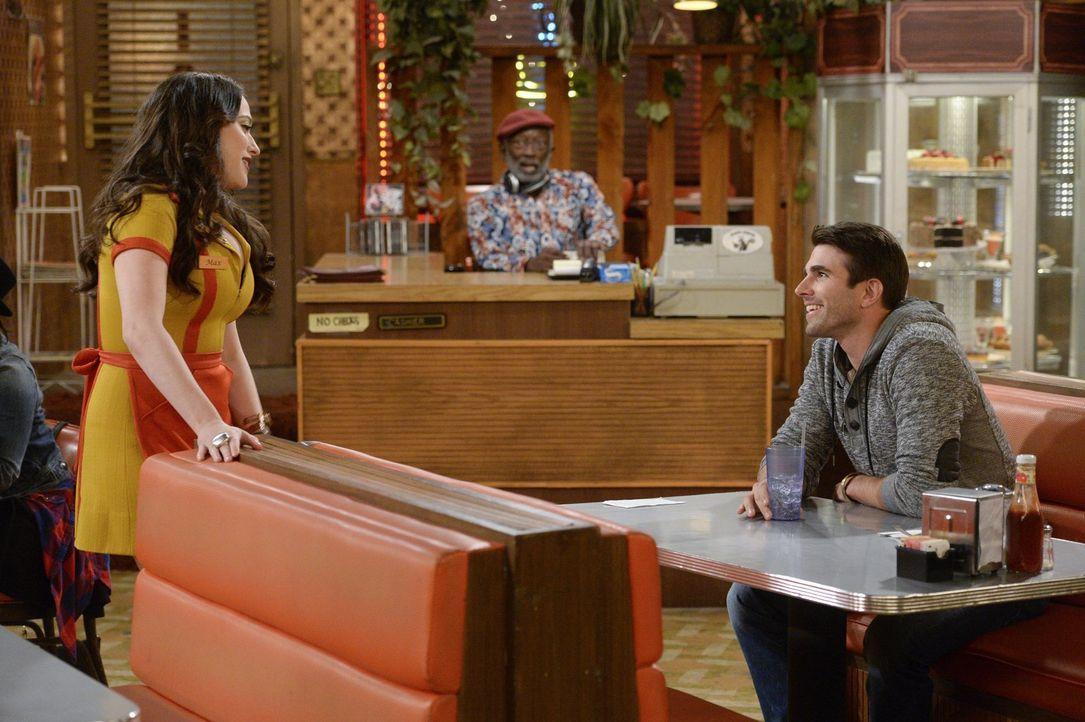 Max (Kat Dennings, l.) ist sich sicher, dass Adam (Miles Fisher, r.) mit Caroline flirtet. Doch hat sie damit recht? - Bildquelle: 2016 Warner Brothers