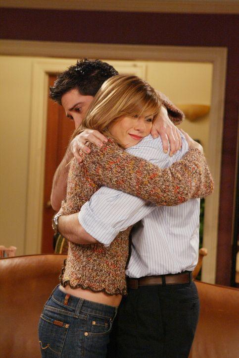 Da Rachel (Jennifer Aniston, l.) einen Job in Paris bekommen hat, möchte sie dort hinziehen, doch Ross (David Schwimmer, r.) will dies mit allen Mit... - Bildquelle: 2003 Warner Brothers International Television