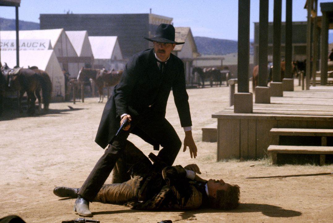 Wyatt Earp (Kevin Costner, stehend) kann nichts mehr für seinen Bruder Morgan (Linden Ashby, r.) tun. - Bildquelle: Warner Bros.