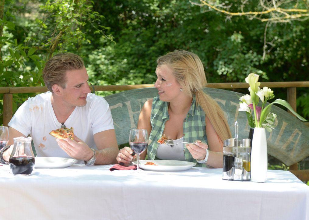Bei selbstgebackener Pizza lässt sich herrlich flirten: Paul (l.) und sein Date ... - Bildquelle: Martin Rottenkolber ProSieben
