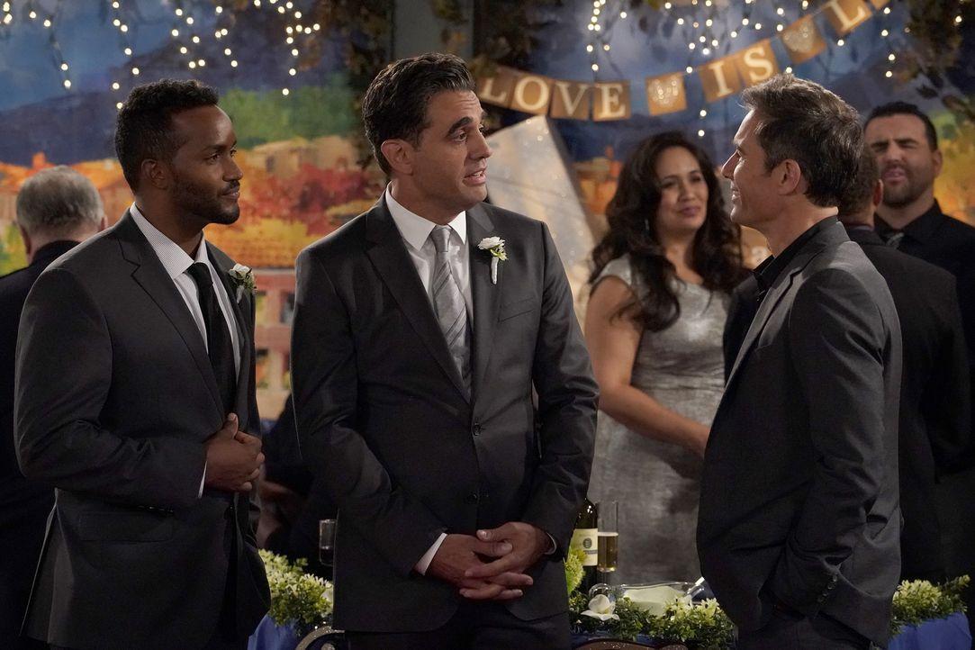 Die Einladung zur Hochzeit seines Ex-Freundes setzt Will (Eric McCormack, r.) gehörig zu, wird er vor  Ryan (Sterling Sulieman, l.) und Vince (Bobby... - Bildquelle: ProSieben (Komm./PR) 2017 NBCUniversal Media, LLC