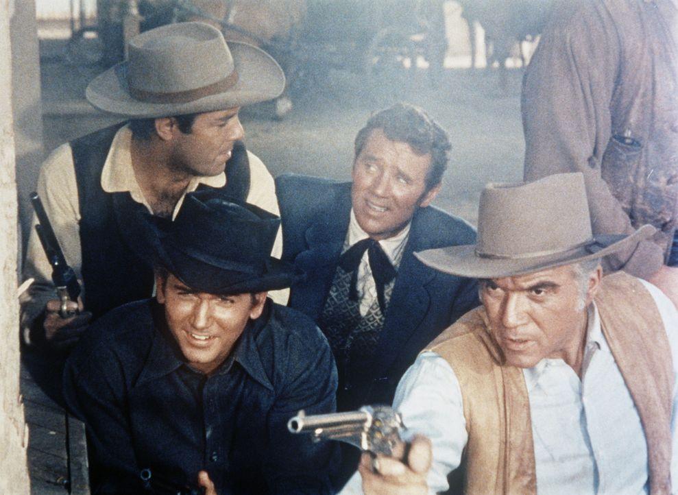 Adam (Pernell Roberts, hinten l.), Little Joe (Michael Landon, vorne l.), Journalist Clemens (Howard Duff, hinten r.) und Ben Cartwright (Lorne Gree... - Bildquelle: Paramount Pictures