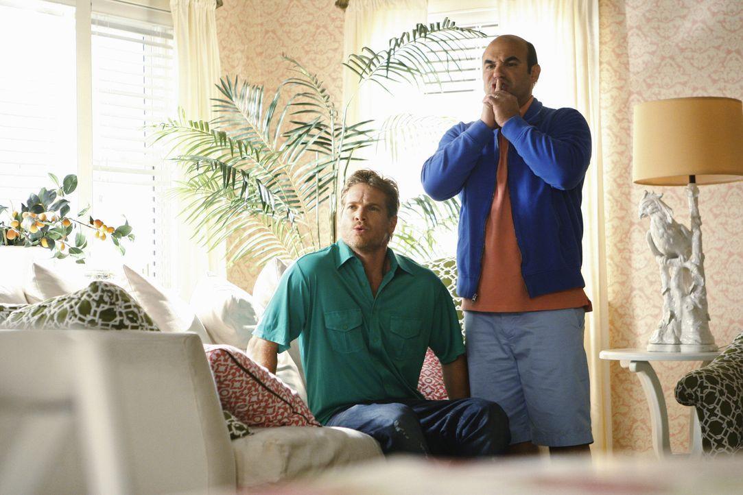 Beobachten schockiert die Auseinadersetzung von Ellie und Laurie: Bobby (Brian Van Holt, l.) und Andy (Ian Gomez, r.) ... - Bildquelle: 2009 ABC INC.