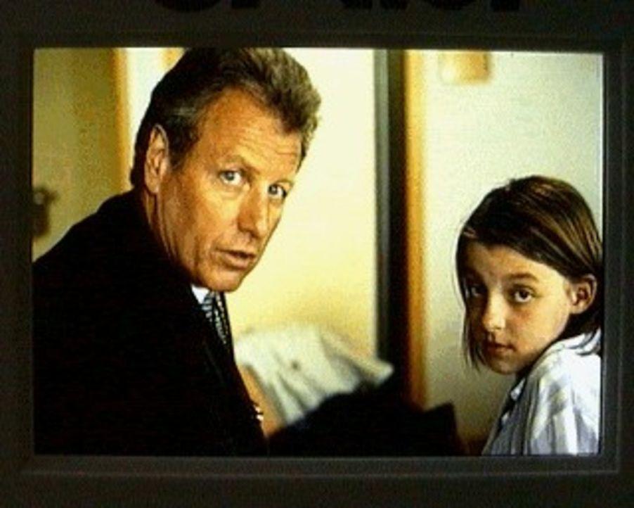 Der Bergdoktor Thomas Burgner (Gerhart LIppert, l.) ist besorgt: Erlitt Theresa (Katrin Strauss, r.) wirklich eine Vergiftung durch Rattengift? - Bildquelle: Ewald Wenck SAT.1