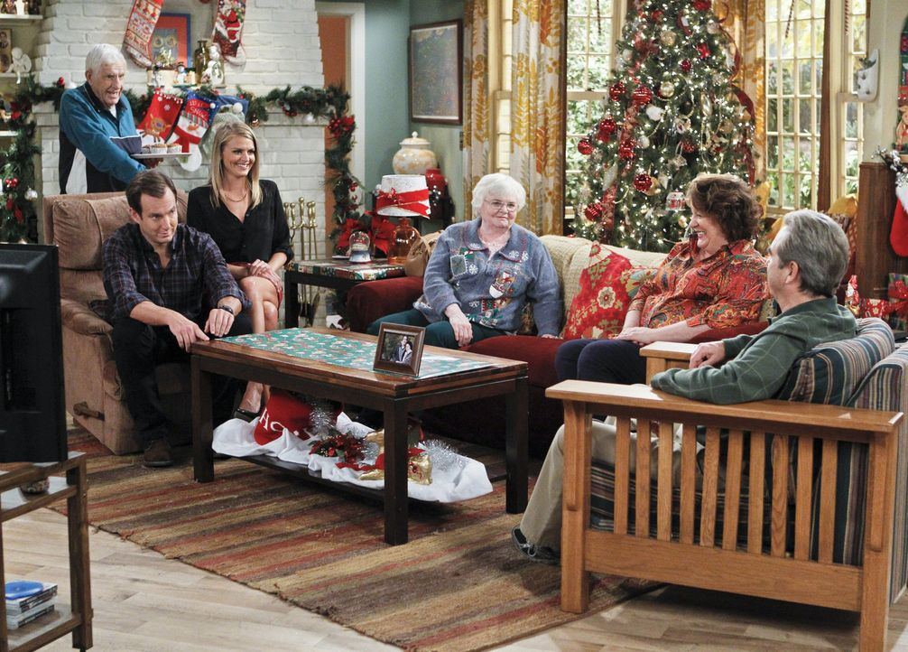 An den Feiertagen hat Carol (Margo Martindale, 2.v.r.) alle Hände voll zu tun, die gestörte Beziehung zu ihren Eltern Bud (Jerry Van Dyke, l.) und B... - Bildquelle: 2013 CBS Broadcasting, Inc. All Rights Reserved.
