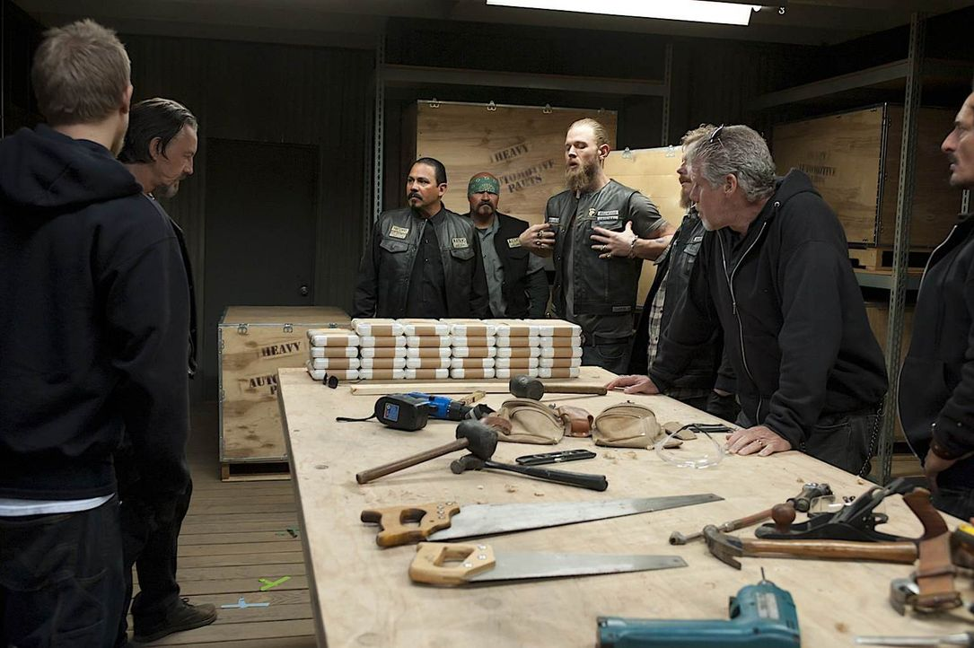 Jax (Charlie Hunnam, l.), Chibs (Tommy Flanagan, 2.v.l.), Alvarez (Emilio Rivera, 3.v.l.) und Opie (Ryan Hurst, 2.v.r.) müssen dringend den Dieb des... - Bildquelle: 2011 Twentieth Century Fox Film Corporation and Bluebush Productions, LLC. All rights reserved.