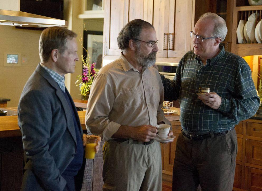 Auf einer großen Party bei dem Millionär Higgins (William Sadler, l.) erfährt Saul (Mandy Patinkin, M.), dass der Senator Lockhart (Tracy Letts, r.)... - Bildquelle: 2013 Twentieth Century Fox Film Corporation. All rights reserved.