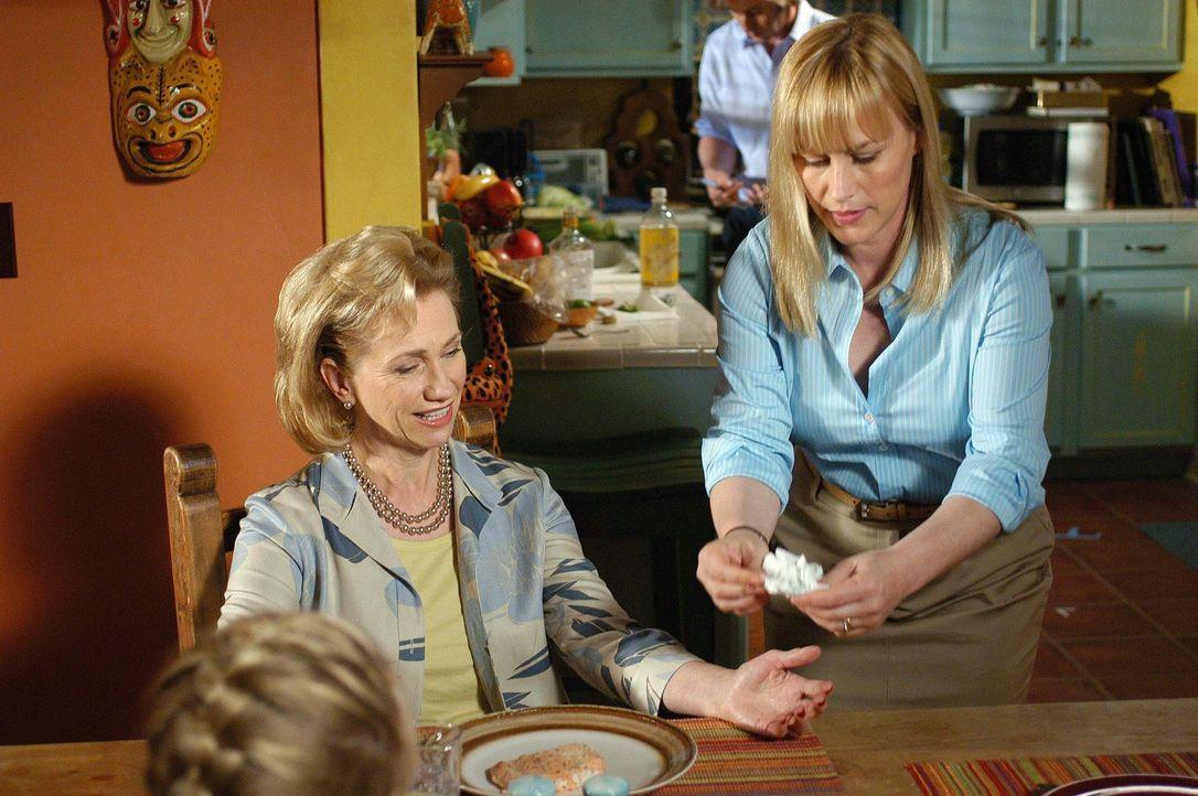 Allison (Patricia Arquette, r.) gibt sich große Mühe, denn sie will ihrer Schwiegermutter (Kathy Baker, l.) den Aufenthalt so angenehm wie möglic... - Bildquelle: Paramount Network Television