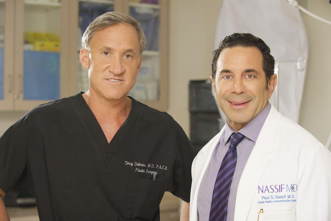 Auch die renommierten Schönheitschirurgen Dr. Paul Nassif (r.) und Dr. Terry J. Dubrow (l.) können nicht jeden Fehler ihrer Kollegen korrigieren, ab... - Bildquelle: 2014 E! Entertainment Television, LLC. ALL RIGHTS RESERVED.